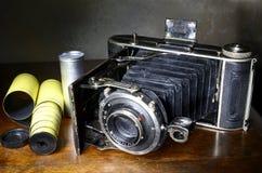 古董吼叫照相机和原始的影片 免版税库存图片