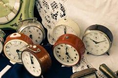 古董在一个立场的待售在跳蚤市场上 库存照片