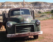 古董在地图集煤矿Drumheller的一辆吨GMC卡车 免版税库存照片
