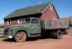 古董在地图集煤矿Drumheller的一辆吨GMC卡车 库存照片