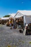 古董在经销商帐篷的待售 免版税库存照片
