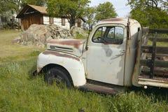 古董在Tehachapi,加州附近路线放弃了在路旁的卡车58 库存图片