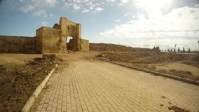 古董对一个古老堡垒的被成拱形的大门入口,设防遗骸在s的一个古老阿拉伯城市的郊区 股票视频