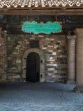 古董开放金属门,在老砖砌大厦的古老入口 免版税图库摄影