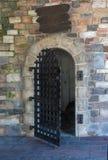 古董开放金属门,在老砖砌大厦的古老入口 库存图片