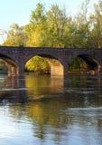 古董被成拱形的桥梁褐砂石 免版税库存照片