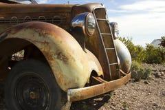 古董车在沙漠 库存图片