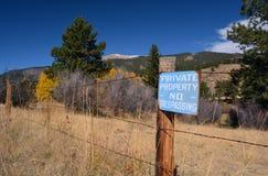 古董退了色蓝色私有财产没有侵入的标志 免版税库存图片
