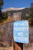 古董退了色蓝色私有财产没有侵入的标志 免版税图库摄影