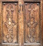古董雕刻了木的门 免版税库存照片