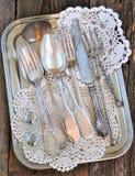 古董-利器,匙子,叉子,在盘子的刀子 免版税库存图片