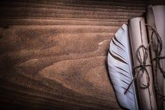 古董滚动了纸羽毛在木委员会拷贝 免版税库存照片