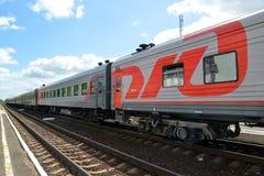 古谢夫,俄罗斯- 2015年6月04日:在路轨的旅客列车费用 免版税库存图片