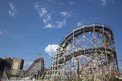 古迹旋风在布鲁克林的兔子岛部分的过山车 库存图片