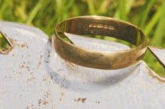 古金色在铁锹暴露的婚戒,找到在生活开掘由金属探测器 免版税图库摄影