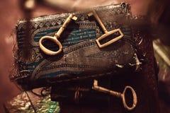 古金色钥匙和日志 库存照片