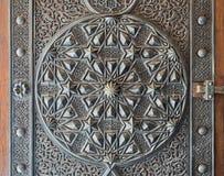 古铜板材华丽门,开罗,埃及的装饰品 库存图片