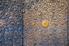 古铜板材门的装饰品在Al苏丹哈桑清真寺,历史的公开清真寺,开罗,埃及的 图库摄影