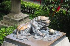 古铜色中国狮子 免版税库存图片