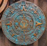 古铜色古老古色古香的古典阿兹台克日历圆的装饰品样式装饰设计背景 阿兹台克抽象纹理fracta 免版税库存图片