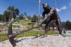 古铜色哥伦比亚矿工开采盐雕象zipaquira 库存照片