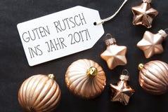 古铜色圣诞树球, Guten Rutsch 2017手段新年 免版税库存照片