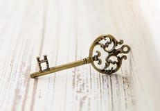 古铜色垂饰以钥匙的形式 图库摄影