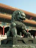 古铜色城市禁止的前狮子 免版税库存照片