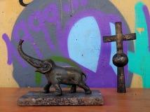 古铜色大象和十字架,雅典跳蚤市场,希腊 库存照片