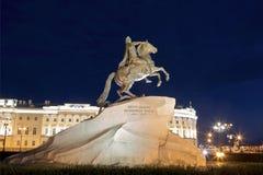 古铜色御马者-彼得大帝骑马雕象在Staint彼得斯堡, 库存图片