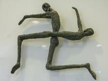 从古铜色微型骨骼代表的十字记号 图库摄影