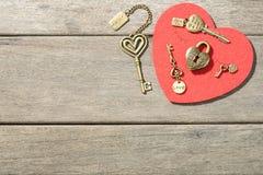 古铜色心脏形状锁和钥匙 免版税库存照片