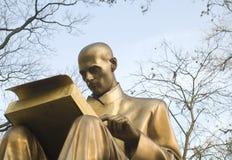 古铜色新闻记者雕塑作家 库存图片