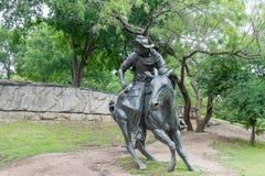 古铜色牛仔雕塑 免版税库存照片