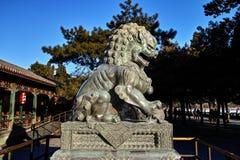 古铜色狮子雕象在颐和园 库存照片