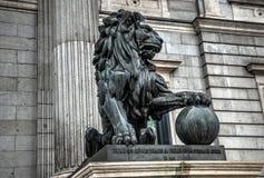古铜色狮子雕象 免版税库存照片