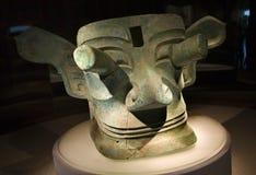 古铜色瓷大屏蔽portruding的雕象 免版税库存图片