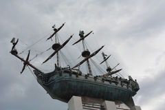 古铜色纪念碑第一艘俄国军舰在圣彼德堡builded 库存照片
