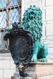 古铜色纹章学狮子在慕尼黑 免版税库存图片