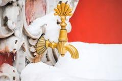 古铜色老龙头在一个美丽的宫殿 免版税库存照片