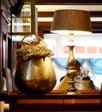 古铜色花瓶和灯 免版税库存图片