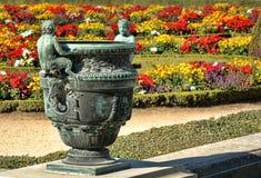 古铜色花瓶在法国凡尔赛宫庭院里 库存图片