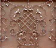 古铜色金属门的纹理有伪造的阶的一个美好的花卉样式的 库存照片
