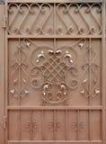 古铜色金属门的纹理有伪造的阶的一个美好的花卉样式的 免版税库存照片