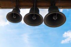 古铜色钟铃声在寺庙的塔 库存照片