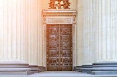 古铜色门和喀山大教堂的柱廊在圣彼德堡,俄罗斯 免版税库存照片