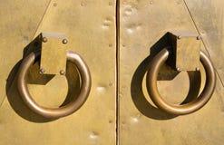 古铜色门把手 库存图片