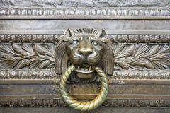 古铜色门题头敲门人狮子 免版税库存照片