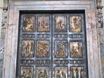 古铜色门,圣彼得大教堂,罗马 免版税库存照片