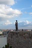古铜色雕象和布达佩斯市视图从Buda 库存照片